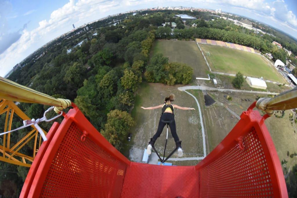 Dziewczyna skacząca w bunge Wrocław
