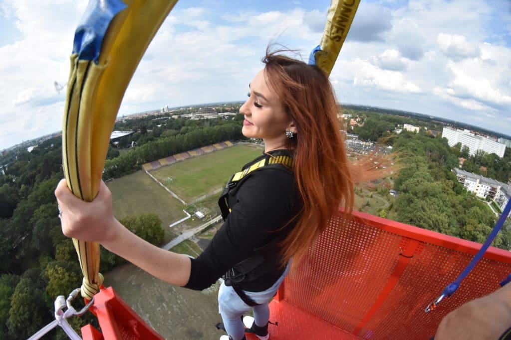 Dziewczyna przed skokiem na bungee we Wrocławiu