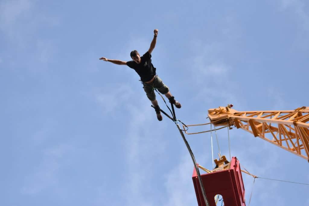 Instruktor skaczący na bungee we Wrocławiu