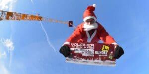 Mikołaj skacze na bungee we Wrocławiu